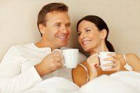 Auf einer Partnervermittlung lernen sich Singles kennen und verlieben sich.